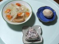 10/21 昼食 ウィンナー入り野菜スープ、味玉子、雑穀おにぎり
