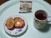 10/22 間食 焼きリンゴ、ミックスナッツ、ルイボスティー