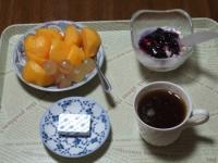 10/24 朝食 柿、巨峰、豆乳ヨーグルト、ベビーチーズ、コーヒー