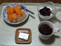 10/25 朝食 柿、巨峰、豆乳ヨーグルト、ベビーチーズ、コーヒー