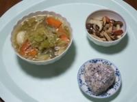 10/25 昼食 じゃがもち入り野菜スープ、きのことソーセージのガーリック炒め、雑穀おにぎり