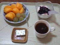 10/26 朝食 柿、巨峰、豆乳ヨーグルト、ベビーチーズ、コーヒー