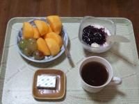 10/27 朝食 柿、巨峰、豆乳ヨーグルト、ベビーチーズ、コーヒー