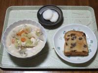 10/28 昼食 野菜と豚肉とくずし豆腐の味噌ミルクスープ、レーズントースト、べったら漬け