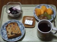 10/29 朝食 ;レーズントースト、柿、巨峰、豆乳ヨーグルト、ベビーチーズ、コーヒー