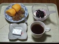 11/8 朝食 柿、巨峰、豆乳ヨーグルト、ベビーチーズ、コーヒー