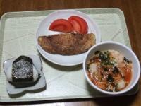 11/8 昼食 納豆入り玉子焼き、キムチギョーザ入りわかめスープ、おにぎり(塩昆布)