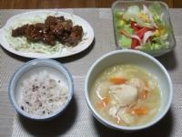 11/10 夕食 牛サイコロステーキ、チキンサラダ、野菜と鶏団子のスープ、雑穀ご飯