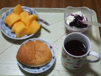 11/11 朝食 柿、豆乳ヨーグルト、クリームパン、コーヒー