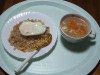 11/11 昼食 目玉焼きのせチャーハン、野菜と鶏団子のスープ