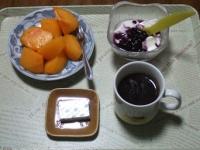11/12 朝食 柿、豆乳ヨーグルト、ベビーチーズ、コーヒー