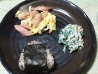 11/12 昼食 ソーセージの卵炒め、ほうれん草の白和え、おにぎり(スタミナ納豆)