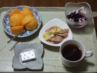 11/13 朝食 柿、豆乳ヨーグルト、ソーセージの玉子炒めベビーチーズ、コーヒー