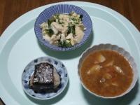 11/13 昼食 ニラと豆腐の卵とじ、豚汁、おにぎり(鮭)