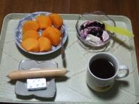 11/14 朝食 柿、豆乳ヨーグルト、チーかま、ベビーチーズ、コーヒー