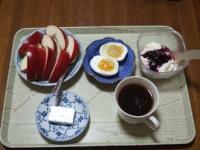 11/15 朝食 りんご、豆乳ヨーグルト、ゆで玉子、ベビーチーズ、コーヒー朝食 りんご、