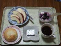 11/15 朝食 りんご、豆乳ヨーグルト、ミニデミシチューロール、ベビーチーズ、コーヒー朝食 りんご、