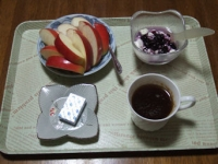 11/17 朝食 りんご、豆乳ヨーグルト、ベビーチーズ、コーヒー