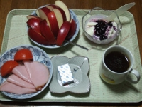 11/18 朝食 りんご、豆乳ヨーグルト、ハム、トマト、ベビーチーズ、コーヒー