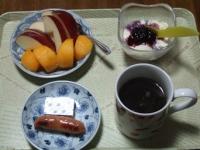 11/19 朝食 りんご、柿、豆乳ヨーグルト、ウィンナーソーセージ、ベビーチーズ、コーヒー