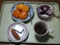 11/20 朝食 柿、豆乳ヨーグルト、ウィンナーソーセージ、ベビーチーズ、コーヒー