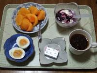 11/21 朝食 柿、豆乳ヨーグルト、ゆで玉子、ベビーチーズ、コーヒー