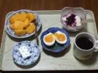 11/22 朝食 柿、豆乳ヨーグルト、ゆで玉子、ベビーチーズ、コーヒー