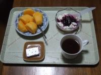 11/23 朝食 柿、豆乳ヨーグルト、ベビーチーズ、コーヒー