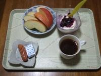 11/24 朝食 りんご、豆乳ヨーグルト、ウィンナーソーセージ、ベビーチーズ、コーヒー