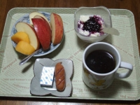 11/25 朝食 りんご、豆乳ヨーグルト、ウィンナーソーセージ、ベビーチーズ、コーヒー