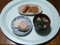11/25 昼食 甘辛ごぼう揚げ、ウィンナーソーセージ、餃子入りわかめスープ、べったら漬け、タコ飯おにぎり