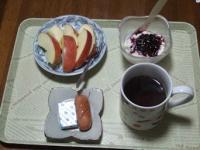 11/26 朝食 りんご、豆乳ヨーグルト、ウィンナーソーセージ、ベビーチーズ、コーヒー