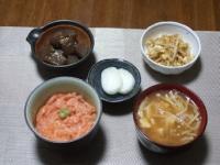 11/26 夕食 まぐろのたたき丼、もやしの玉子炒め、こんにゃくのオランダ煮、豆腐とえのきの味噌汁、べったら漬け