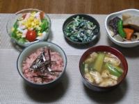 1/3 夕食 まぐろの剝き身丼、サラダ、筑前煮、ほうれん草の白和え、小松菜と油揚げの味噌汁