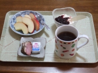 1/4 朝食 りんご、豆乳ヨーグルト、カモの燻製、ベビーチーズ、コーヒー
