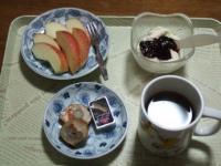 1/5 朝食 りんご、豆乳ヨーグルト、鶏の三色巻き、ベビーチーズ、コーヒー