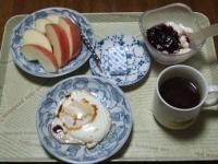 1/22 朝食 りんご、目玉焼き、ベビーチーズ、豆乳ヨーグルト、コーヒー