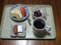 1/23 朝食 りんご、ウィンナー、ベビーチーズ、豆乳ヨーグルト、コーヒー