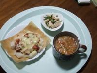 1/23 昼食 餅ピザ、きゅうりとサラダチキン、ファイトケミカルスープ