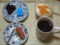 1/24 朝食 りんご、ウィンナー、ベビーチーズ、豆乳ヨーグルト、コーヒー