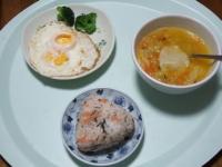 1/26 昼食 目玉焼き、ファイトケミカルスープ、アカモク鮭おにぎり
