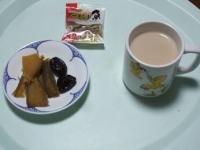 1/26 間食 プルーン、干し芋、アーモンド小魚、カフェオレ