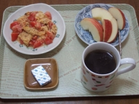 1/27 朝食 りんご、トマト入りスクランブルエッグ、ベビーチーズ、コーヒー