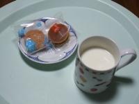 1/27 間食 ミニ和菓子、ホットミルク