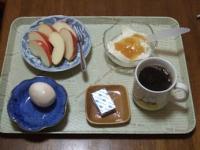 1/29 朝食 りんご、ゆでたまご、ベビーチーズ、豆乳ヨーグルト、コーヒー