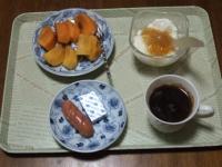 1/30 朝食 柿、ウィンナー、ベビーチーズ、豆乳ヨーグルト、コーヒー