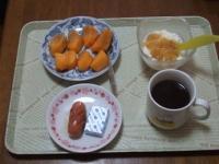 1/31 朝食 柿、ウィンナー、ベビーチーズ、豆乳ヨーグルト、コーヒー