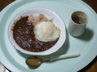 1/31 昼食 レトルトカレー、目玉焼き、緑茶