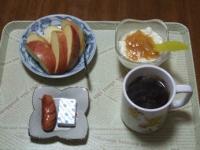 2/1 朝食 りんご、ウィンナー、ベビーチーズ、豆乳ヨーグルト、コーヒー
