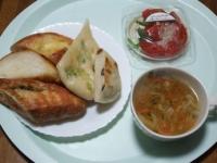 2/2 昼食 パン5種、トマトバジルサラダ、ファイトケミカルスープ